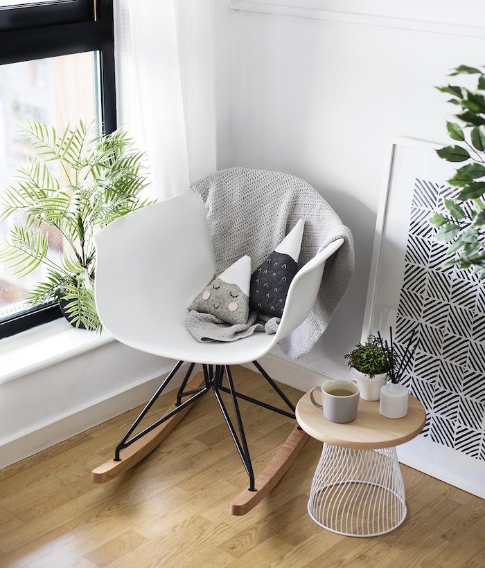 table basse diy en poubelle renversée et petit plateau en bois, parquet clair, chaise a bascula scandinave, coussins diy