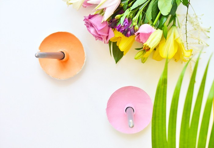creation pate fimo, bougeoirs en pate polymere colorée et des bougies gris, bouquet de fleurs à côté