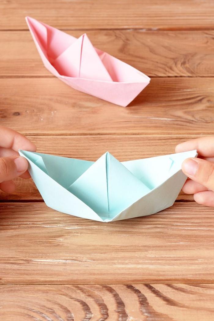 déco origami avec des bateaux en papier en couleur pastel parfaits pour un anniversaire d'enfant thématique