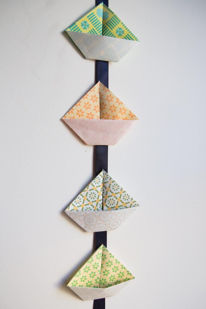 idée pour une déco origami à faire soi-même avec des bateaux à motifs joyeux en guirlande festive