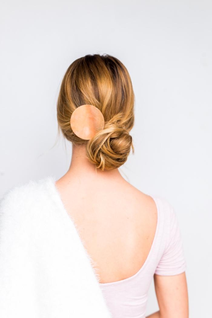 comment réaliser un chignon bas asymétrique sublimé par un accessoire de cheveux effet cuivre, idée pour une coiffure élégante express