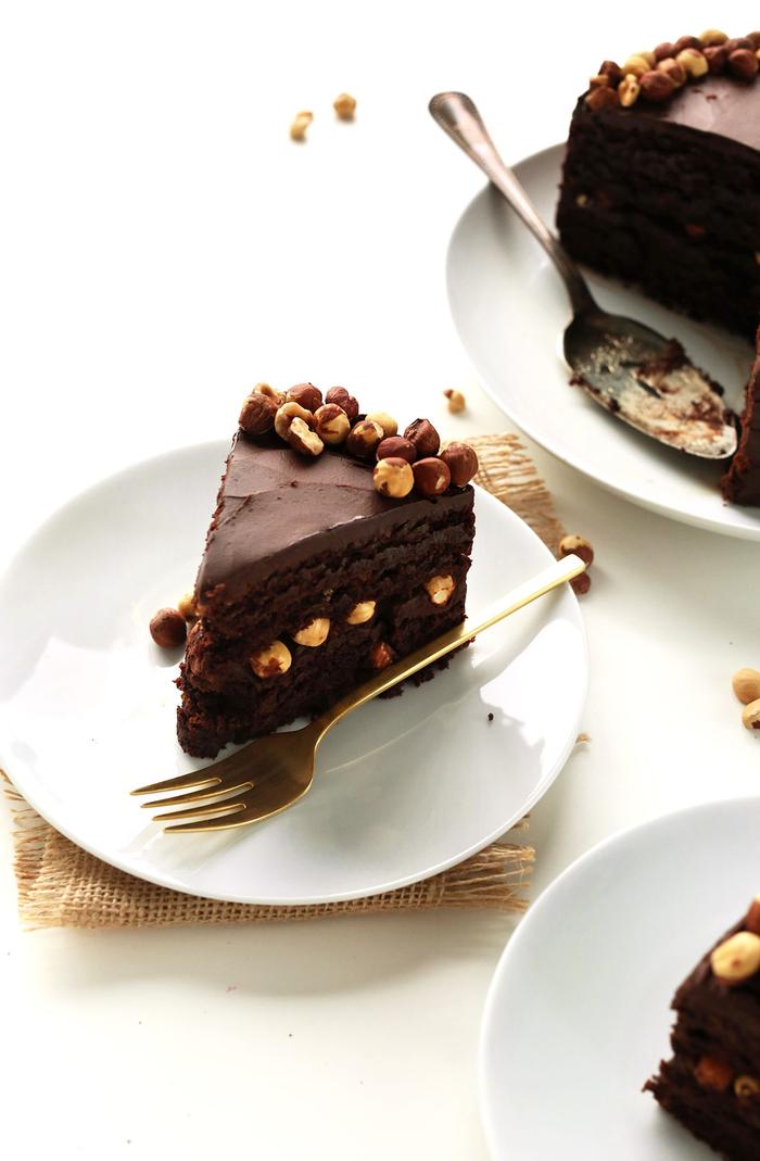 comment préparer un gâteau d'anniversaire vegan, une recette gâteau au chocolat et aux noisettes en version saine sans gluten