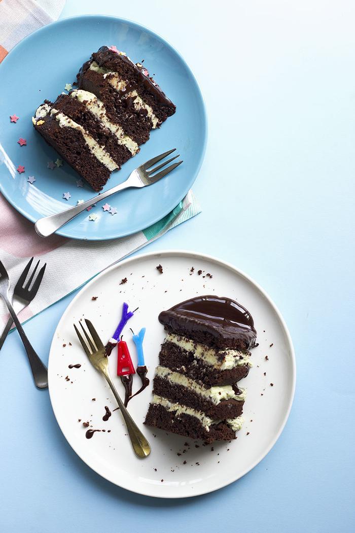 recett de gateau au chocolat moelleux de type naked cake à la crème menthe et au glaçage au beurre