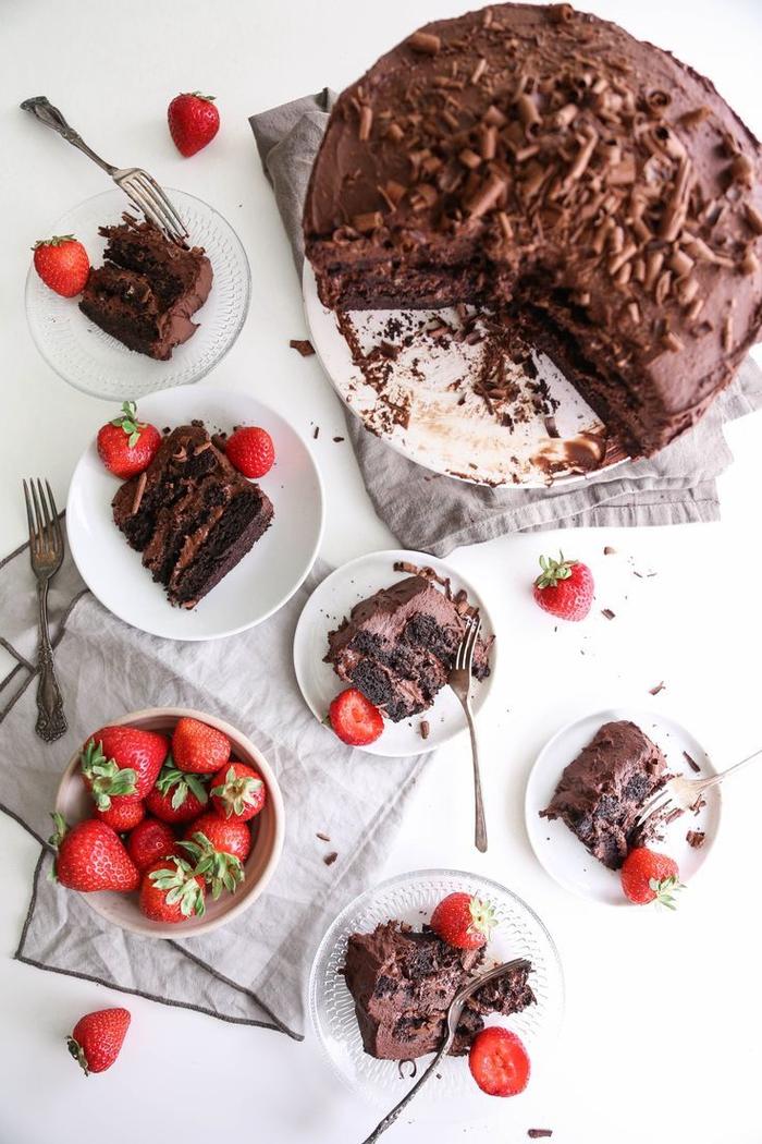recette vegan de gateau au chocolat rapide avec ganache monté au chocolat servi avec des fraises
