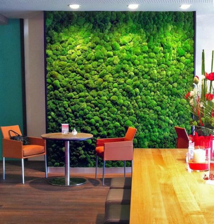 mur végétal intérieur, table basse et chaises oranges, grande table en bois