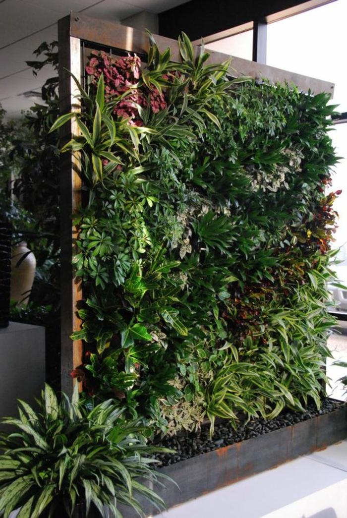 grand mur végétal intérieur, plantes cultivées verticalement dans un intérieur moderne