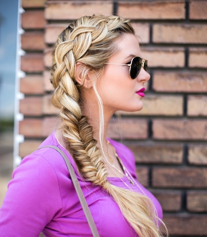 tresse en épi de coté, idée originale de look femme stylé, cheveux longs blond, lunettes de soleil et top mauve