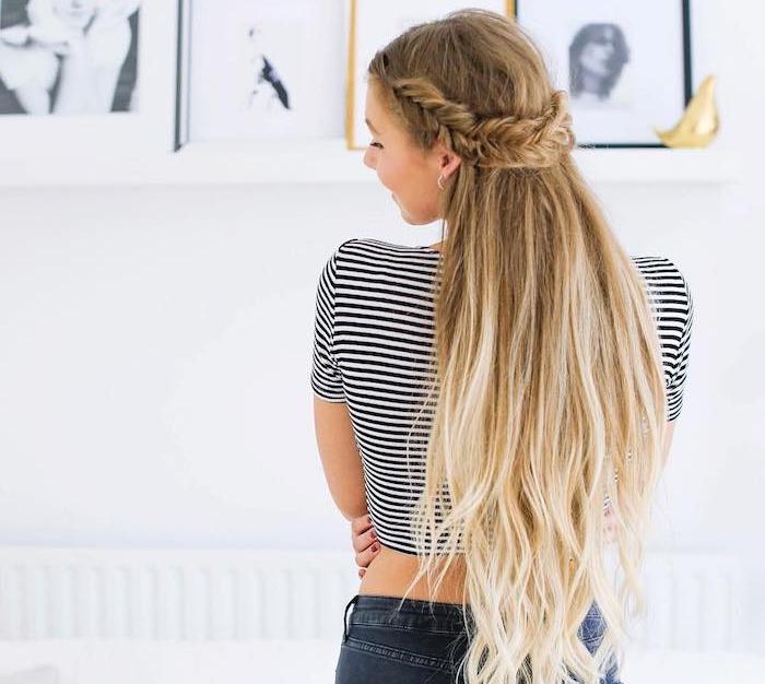 exemple de tresse en épi demi couronne de tresse et reste des cheveux lachés, tee shirt noir et blanc et jean