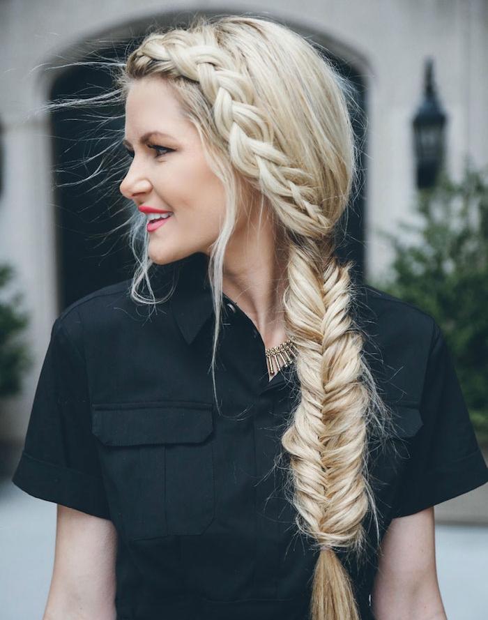 tresse de coté qui se prolonge en tresse en epi de ble, coiffure femme boheme stylée et chemise noire