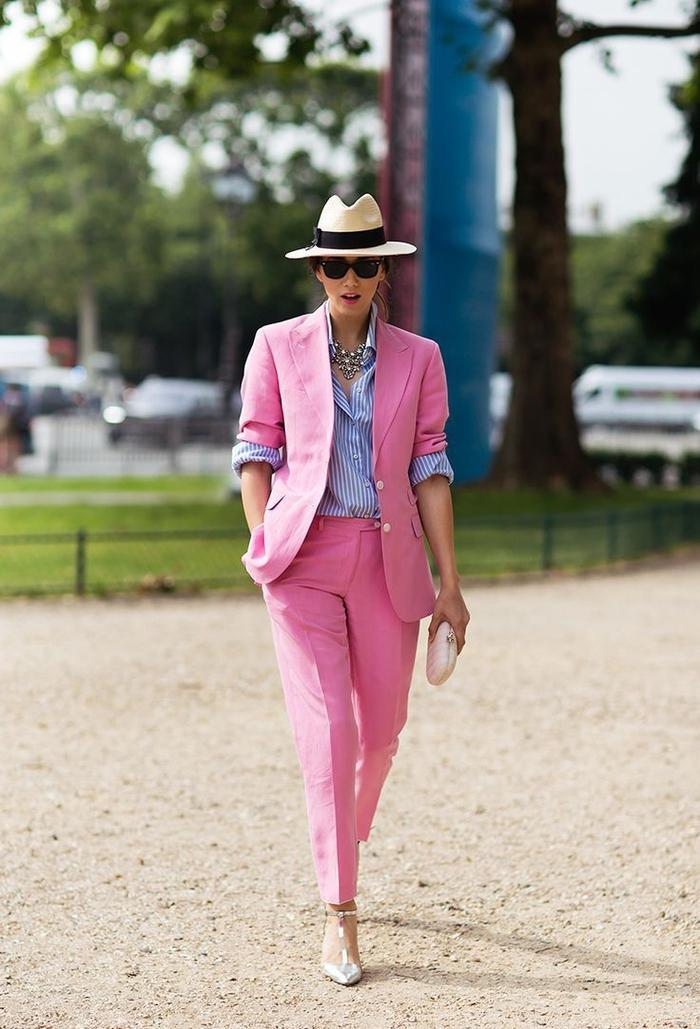 idée pour un look d été en costume femme en couleur rose bonbon combiné avec une chemise rayée bleu ciel et un chapeau à rebord avec bande noire