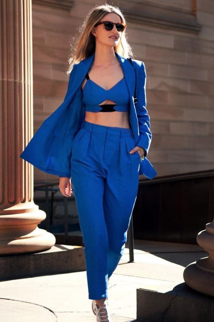 look monochrome bleu roi qui joue sur les longueur en haut et en bas, tenue chic femme à adopter pour un cocktail en été