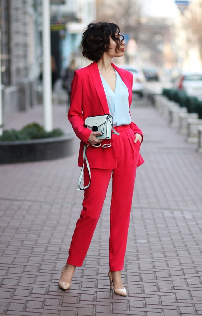 un pantalon femme taille haute chic de coupe carotte combiné avec un blazer de la même couleur rouge et avec une blouse croisée couleur pastel