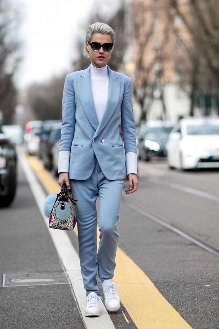 idée pour une tenue classe femme en tailleur bleu gris combiné avec un pull à col roulé blanc et des baskets blancs