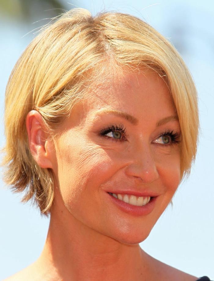 comment se coiffer à 50 ans, coupe courte, maquillage simple, yeux bleus