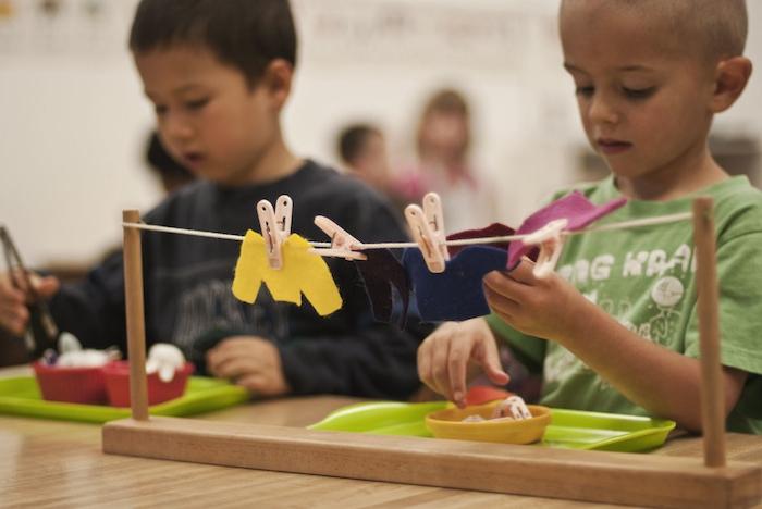 activité montessori de la vie pratique, apprendre comment tindre le linge, bricolage simple enfant avec materiel montessori