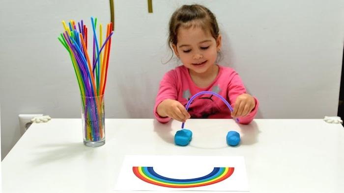idée comment apprendre à distinguer les couleurs, faire un arc en ciel en pate a moduler et cure pipes colorées, montessori materiel