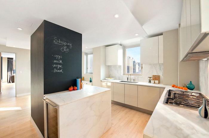 amenagement cuisine scandinave avec parquet clair, meuble bas blanc cassé, plan de travail marbre, mur colonne en peinture à la craie