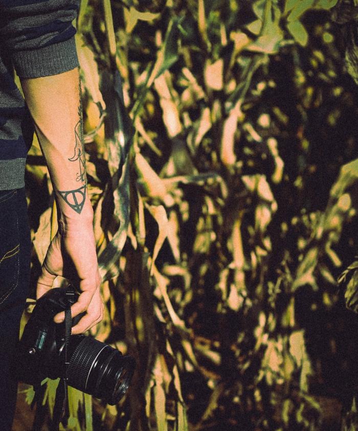Symbole force tatouage rune nordique chouette tatouage homme avec appareil de photo