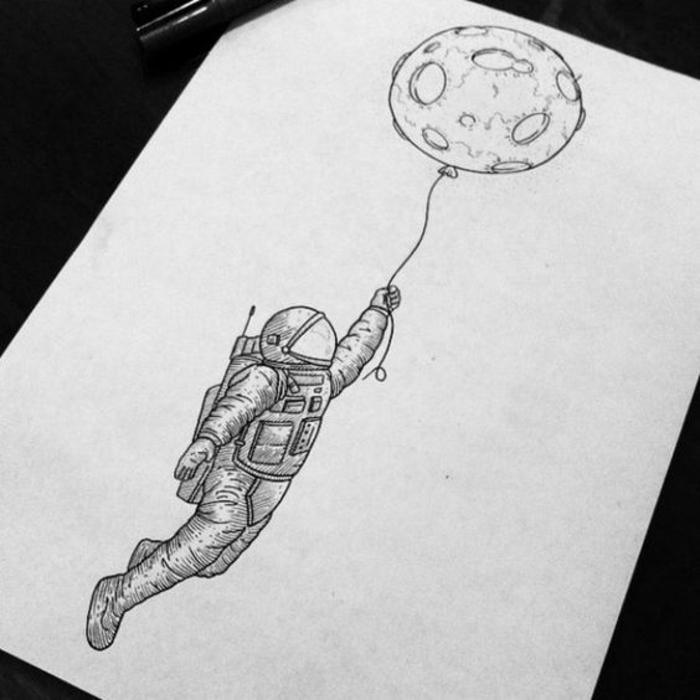 Beau tatouage feminin tatouage minimaliste lequel choisir dessin astronaute avec la lune comme ballon