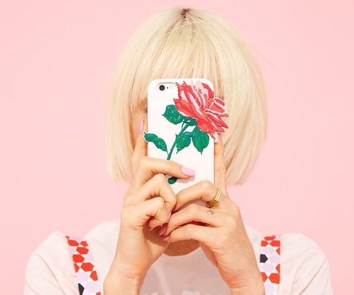 coque smartphone blanche décorée d une rose, idée de cadeau pour sa meilleure amie ou pour sa copine