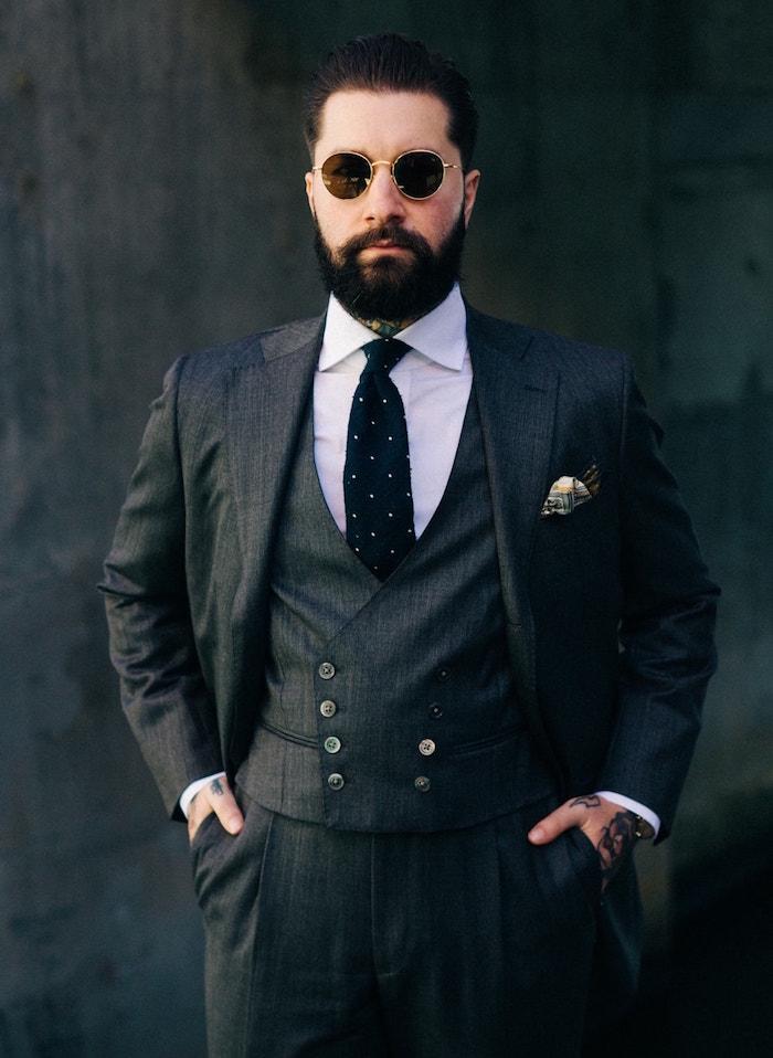 costume gris anthracite trois pièces homme cravate noire