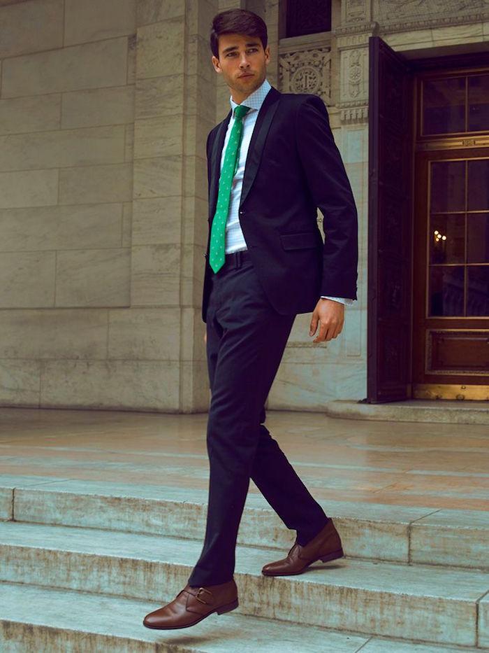 costume mariage bleu nuit cravate verte chaussures marrons homme
