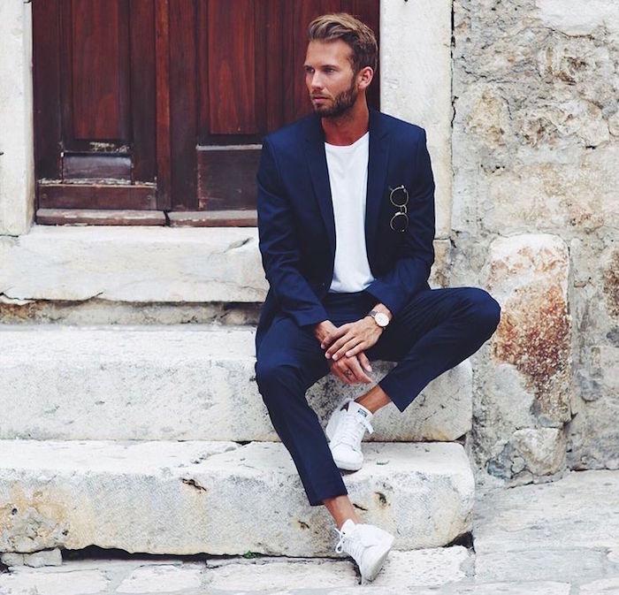 veste costume homme bleu marine tennis blanches tee shirt blanc