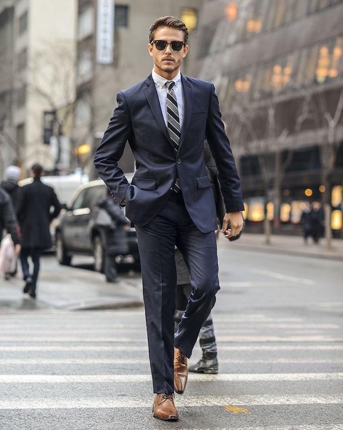 homme en costume sombre cintré business man costard