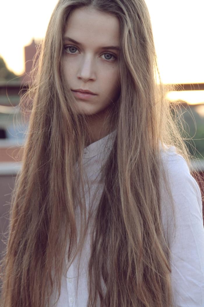 chatain clair cendré, quelle couleur de cheveux choisir pour peau claire et yeux bleus tendance femme