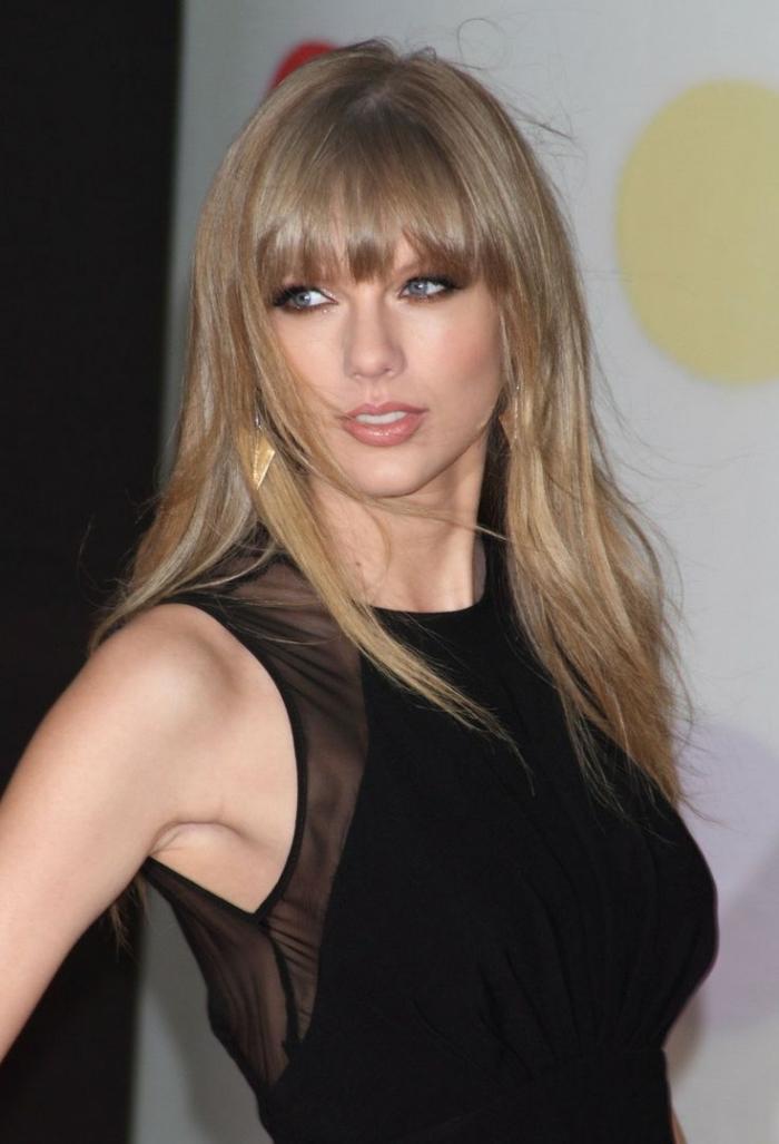 blond foncé cendré, coiffure de célébrité de Taylor Swift aux cheveux longs avec frange droite