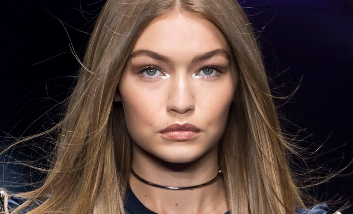 coiffure de Gigi Hadid aux cheveux longs et raids de nuance châtain aux reflets blond miel