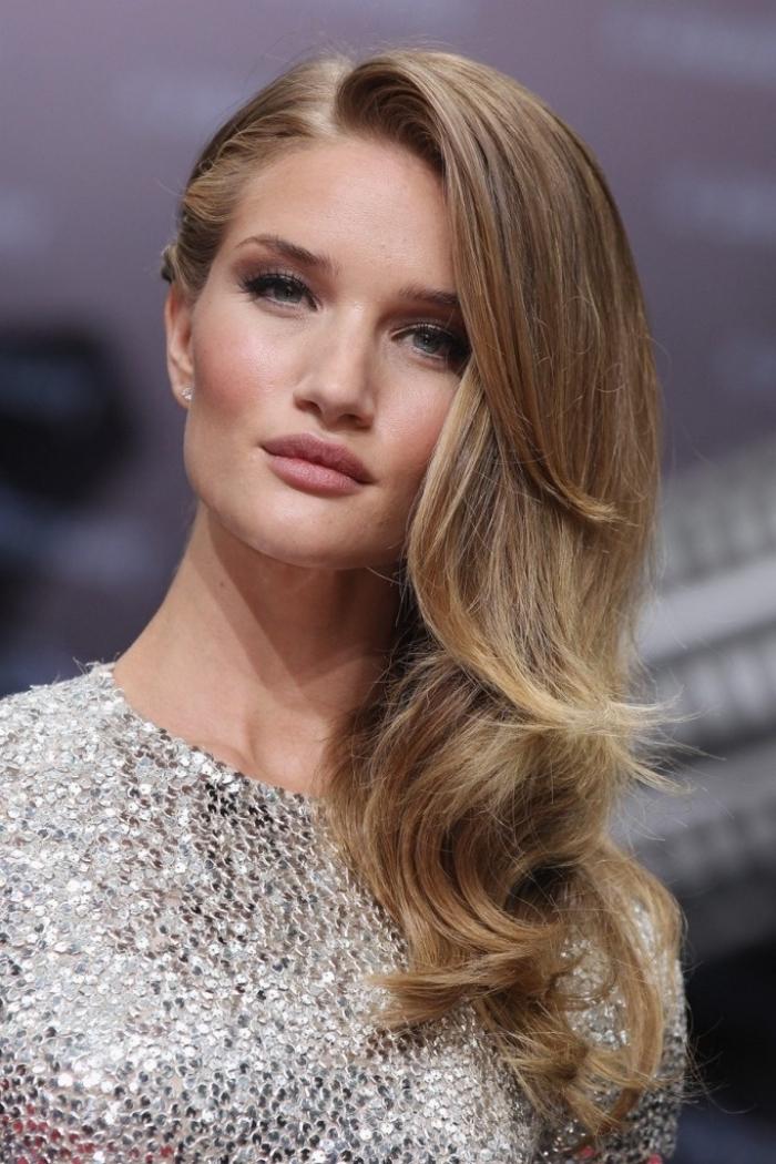 coiffure de soirée avec cheveux longs attachés sur le côté et naturellement bouclés avec frange longue de côté