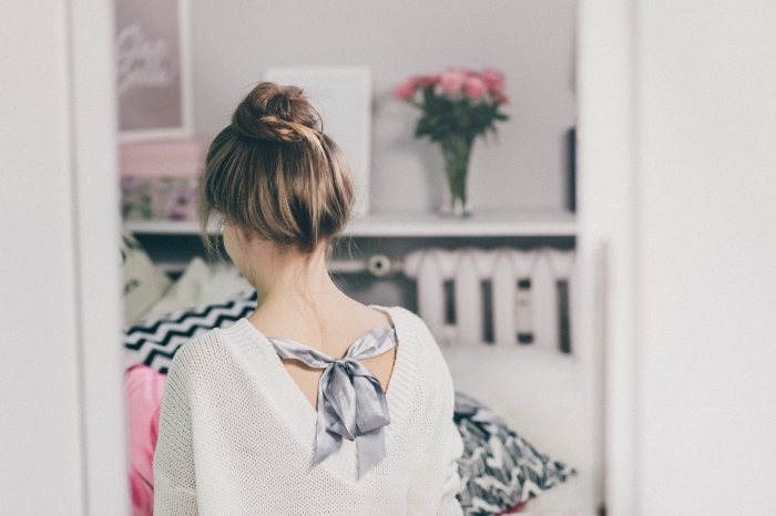 idée coiffure facile pour cheveux longs attachés en chignon haut décontracté