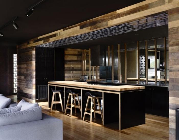 plafond noir avec spots luminaires noirs, cuisine bistrot noire avec ilot central noir et bois clair