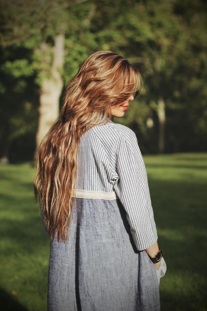 coloration de cheveux de base chatain avec mèches blondes et reflets de nuances cuivrées