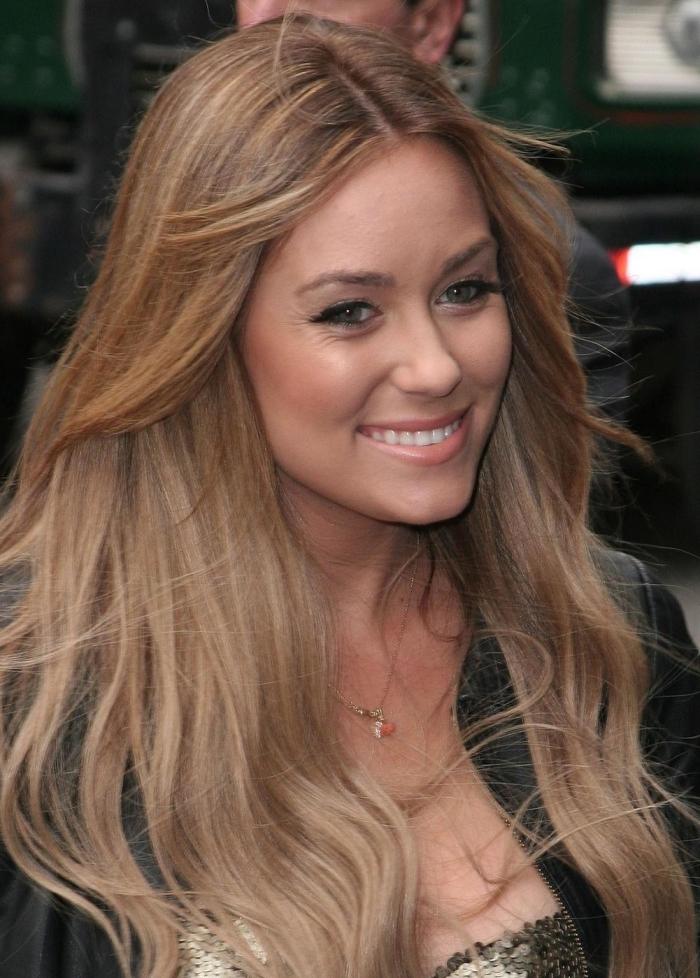 cheveux chatain, coiffure pour cheveux longs légèrement bouclés de base châtain aux reflets blond miel