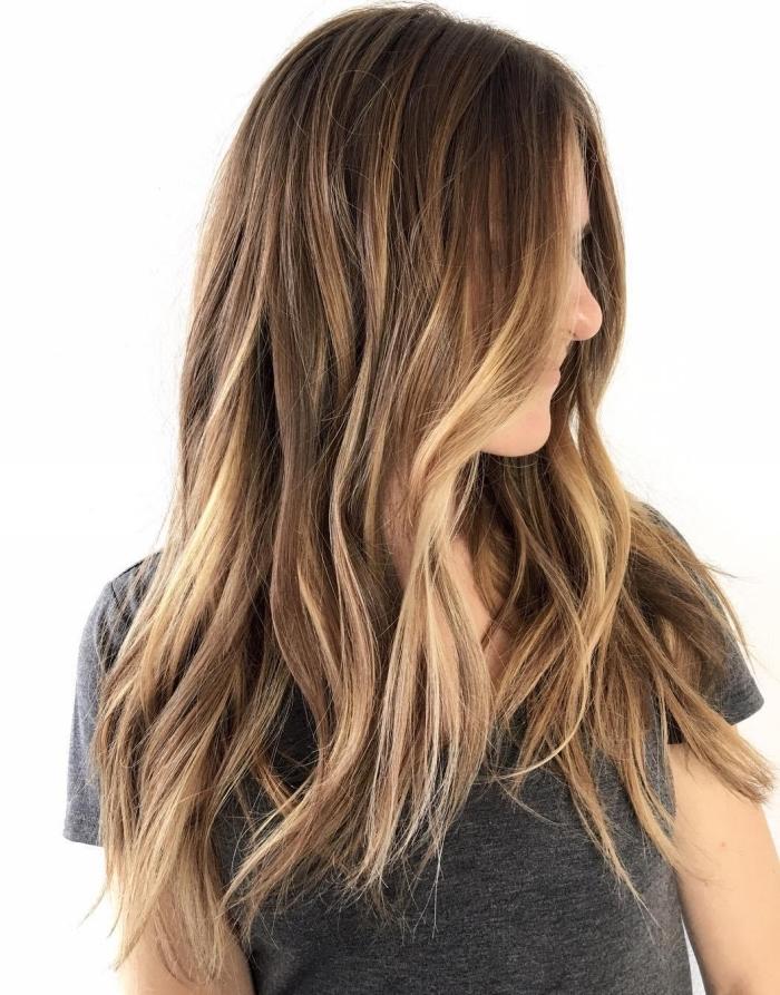 coloration chatain clair, coupe de cheveux longs en couches de base châtain avec pointes éclaircies