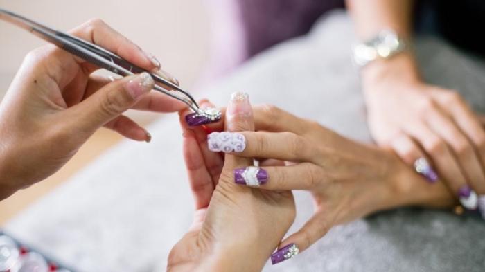 comment réaliser la pose ongle gel, décoration nail art sur ongles longs avec strass blancs et cristaux