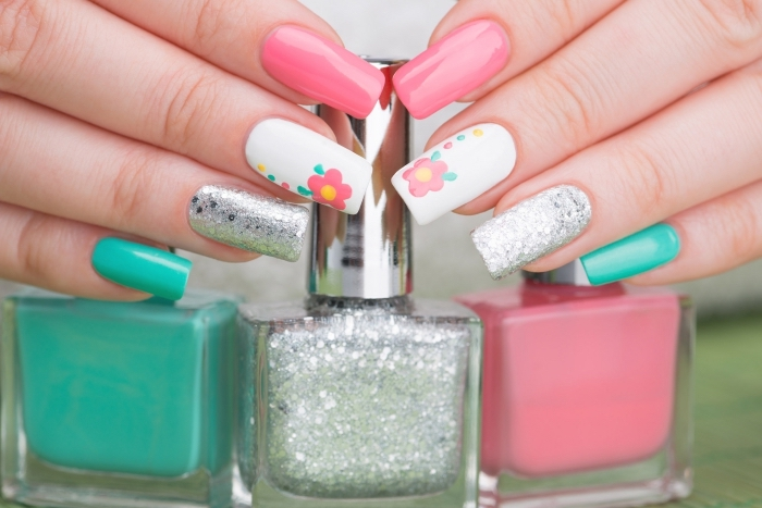 gel pour ongle de nuances vert et rose, nail art avec décoration en paillettes argentées et dessin floral