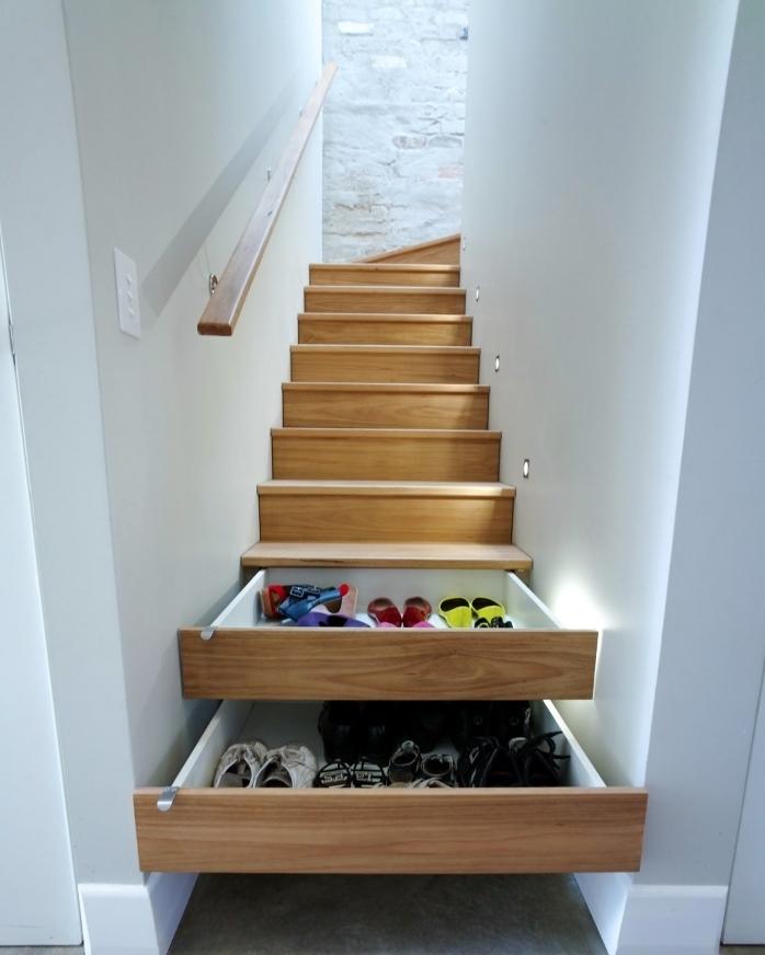comment optimiser l'espace avec un rangement sous escalier, tiroirs modernes en bois sous l'escalier pour arranger les chaussures