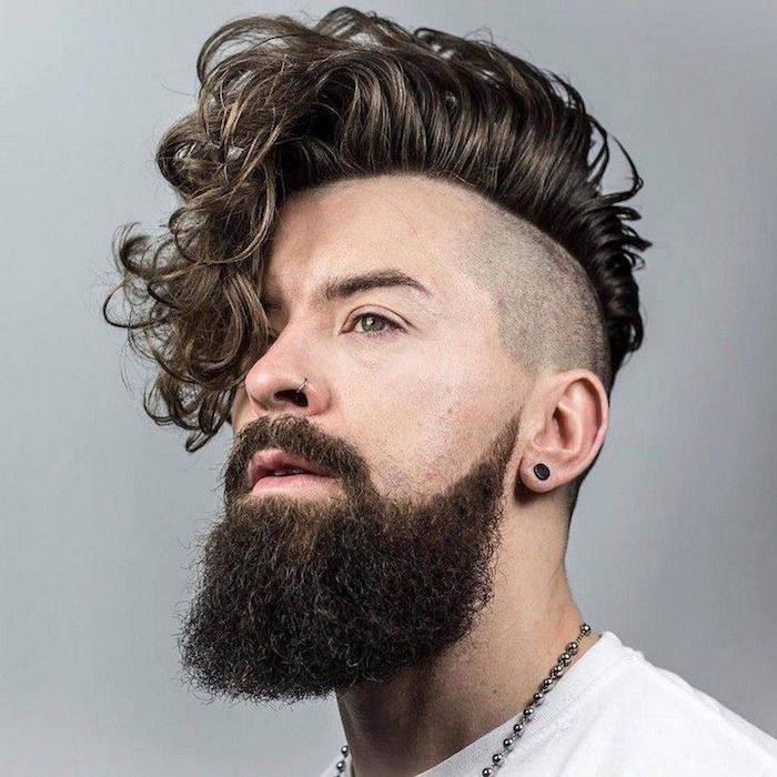 coupe de cheveux rasé sur les coté homme banane hipster barbe