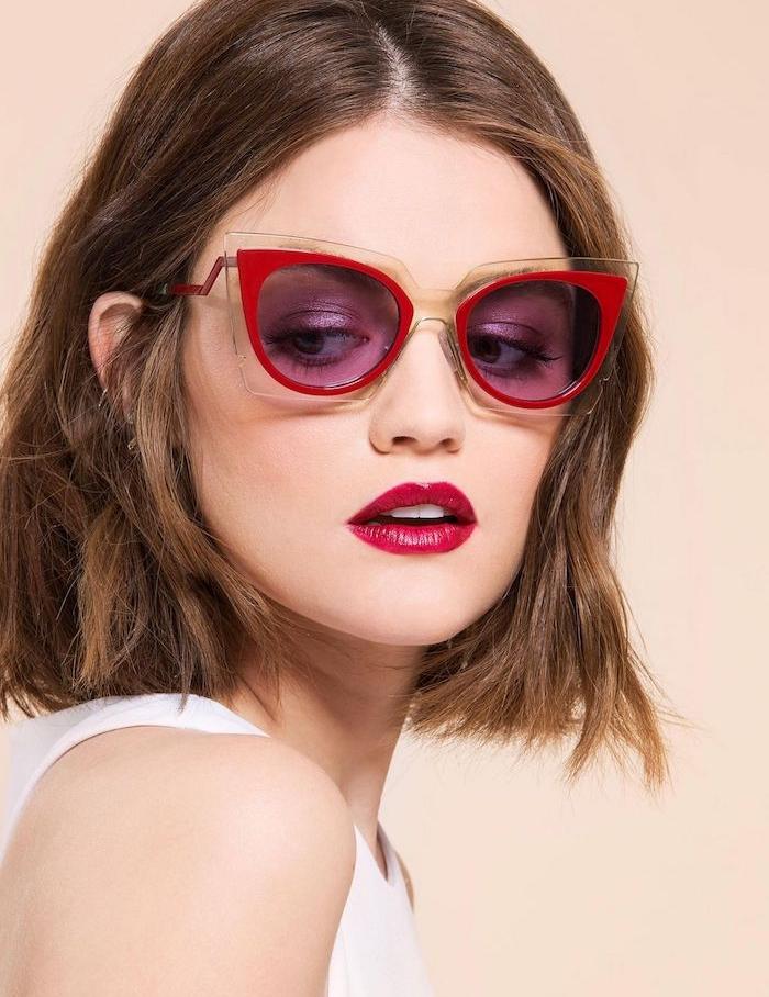 modele de coupe carre plongeant volumineux, un tout petit peu plus long sur le devant, corsage blanc, lunettes de soleil encadrement rouge