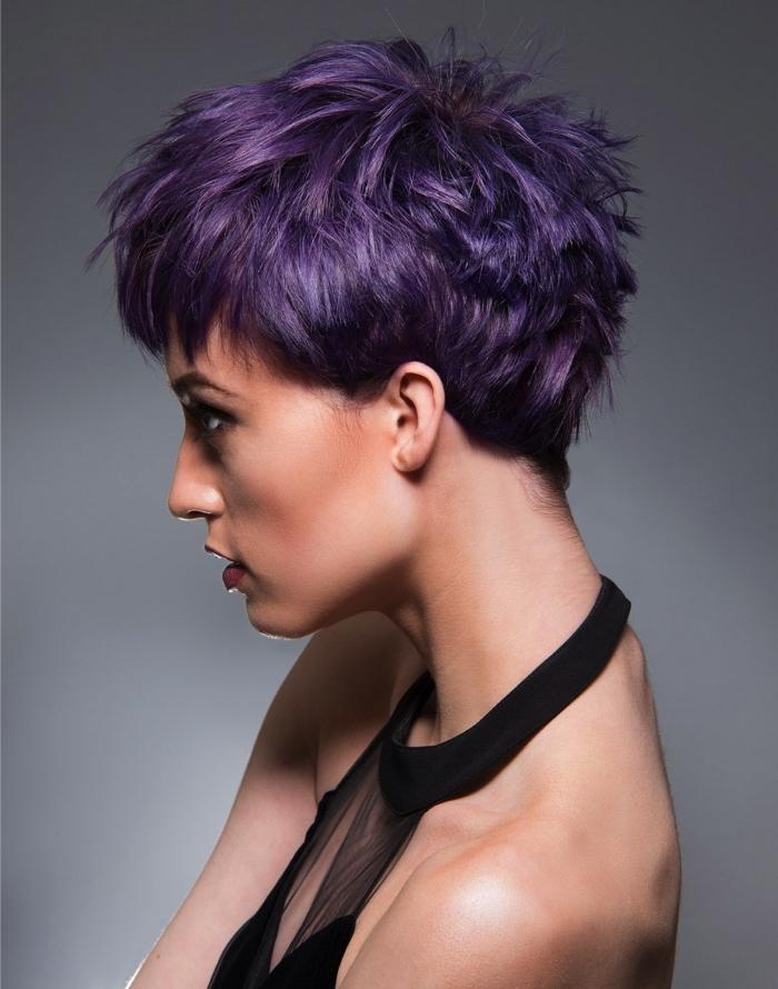 idée coloration violine sur cheveux courts, coupe moderne aux cheveux courts et frange courte de couleur violet