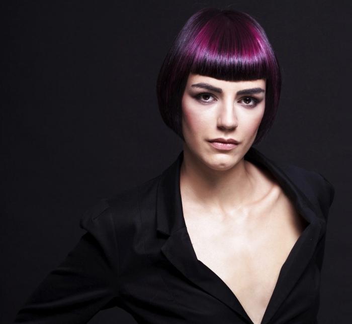 coloration cheveux prune sur base noir, coupe court femme avec frange courte aux mèches violet
