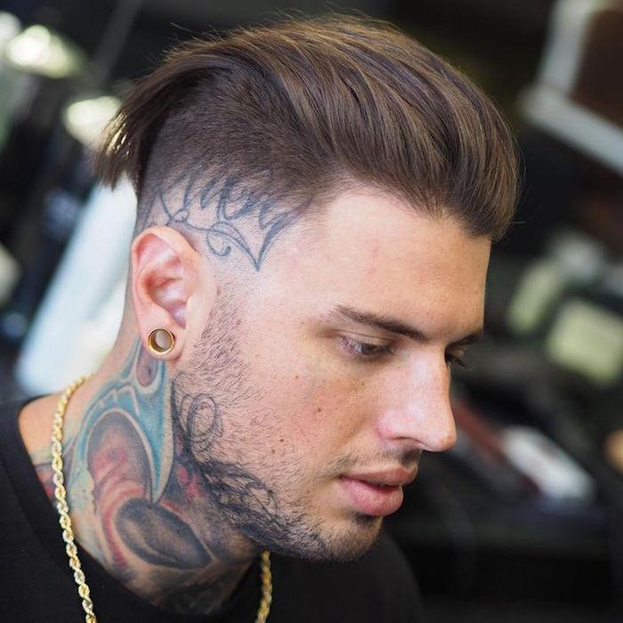 coupe de cheveux en arrière homme rasé sur les cotés dégradé hipster
