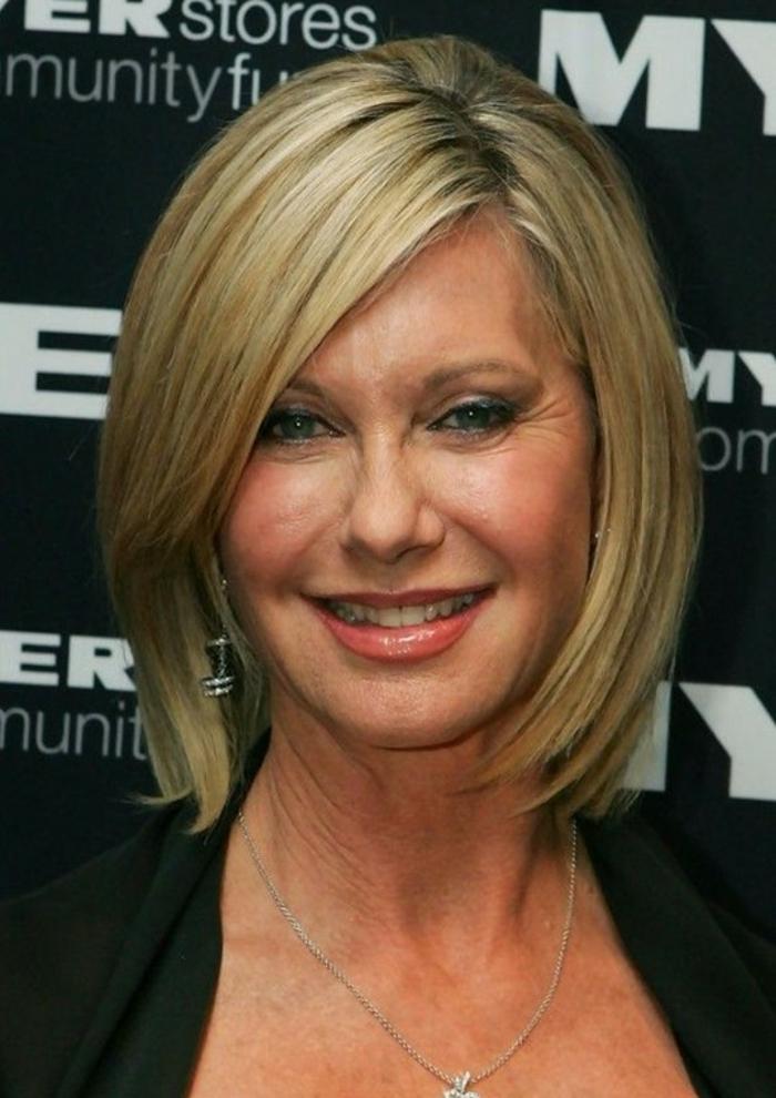 coupe de cheveux femme 50 ans, carré blond lisse, maquillage yeux bleus