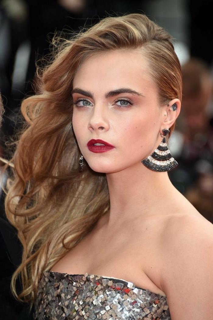 modele de coiffure, cheveux longs et bouclés de nuance châtain clair coiffés sur le côté