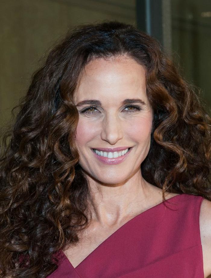 coupe de cheveux long femme, une célébrités aux cheveux naturellement bouclés