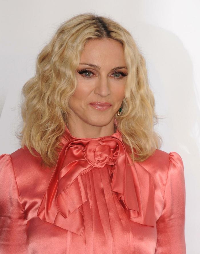 coupe-mi-longue-Madonna-carré-froissé-mi-long-cheveux-blonds-chemise-rose