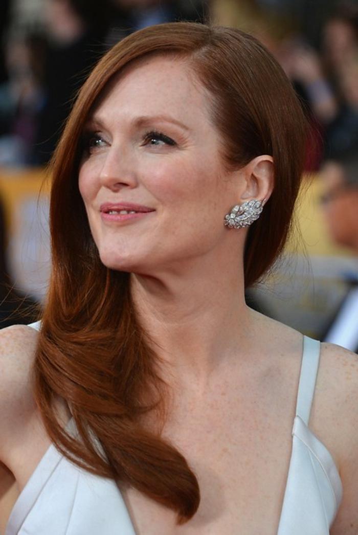 coupe de cheveux long femme, boucles d'oreilles jolies et cheveux roux